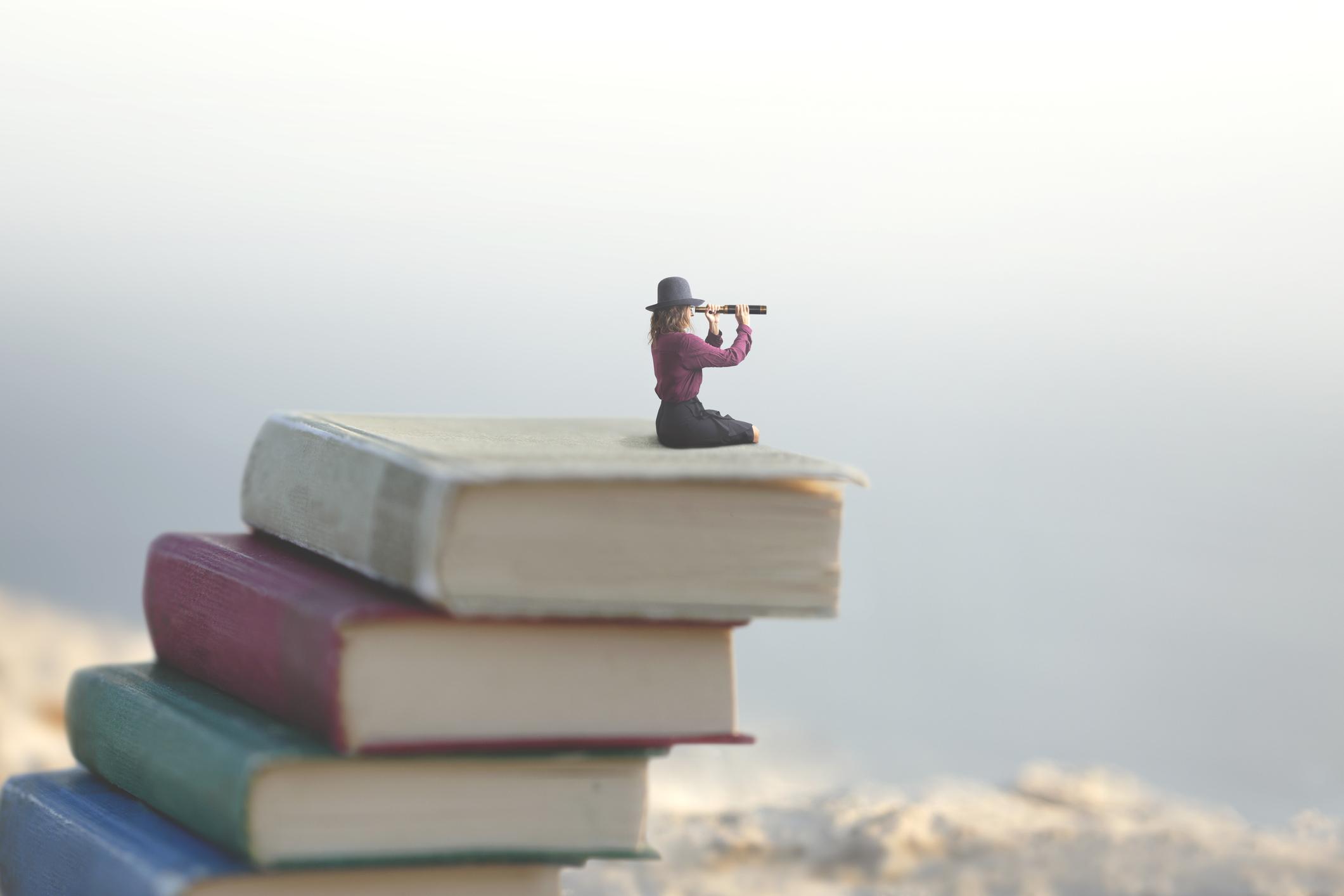 Femme assise sur livre
